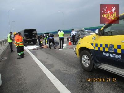 槟城大桥车祸造成年轻建筑工友被拖格罗里辗过身亡。