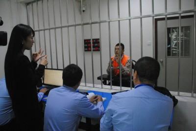 扒窃集团老大杨军(中)交代犯罪经过。