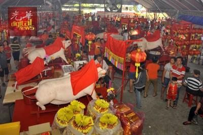 摆满祭品的供桌连绵约200桌。