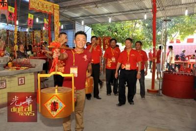 陈炳安带领汲取龙泉水,为谢神仪式来开帷幕。