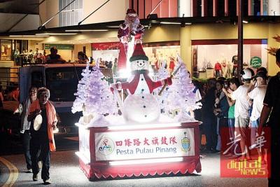 四条路大旗鼓队带来圣诞老人助兴。