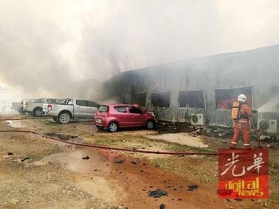 消拯人员赶抵巴莪大学城工地火患现场后,立即投入灭火工作。
