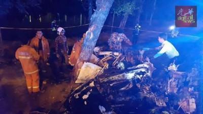 轿车毀损不堪,警方事发后封锁现场,并与消拯员察看车祸情况。