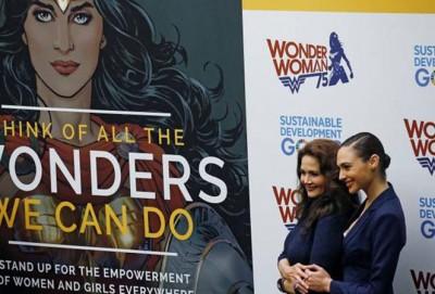 女演员琳达·卡特(Lynda Carter)与盖尔·加朵(Gal Gadot),曾在电视剧或电影中去神奇女侠。