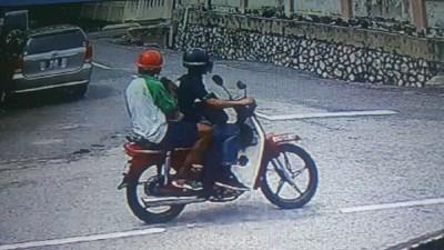 匪徒被揭发骑伪造车牌的摩托车作案。