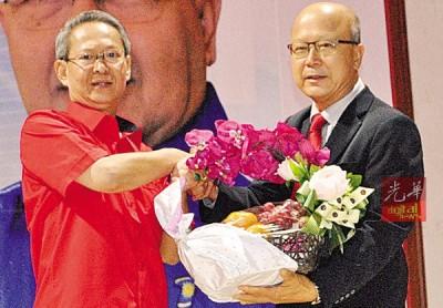 彭发球(右)赠送纪念品给梁荣光。