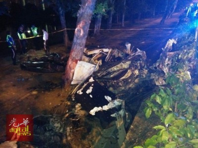 轿车行驶途中疑失控,复猛撞路旁大树。