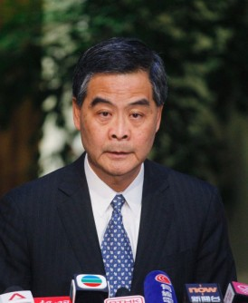 香港特首梁振英周五无预警宣布,出于照顾家庭、保护家人的因素,将不竞选连任特首。(法新社照片)