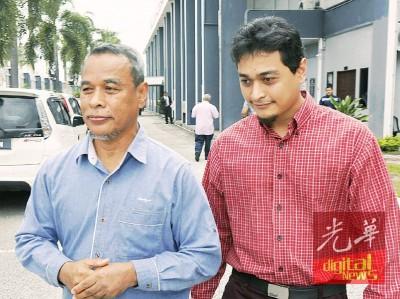被告(右)在父亲的陪同下,在法庭宣判后步离法庭。
