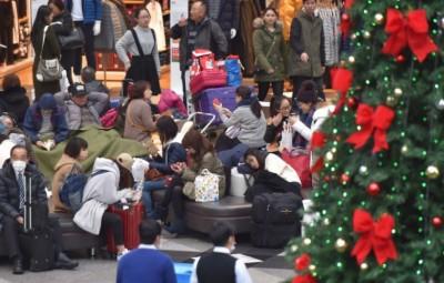 北海道下暴雪班机取消,航站不少人口滞留。