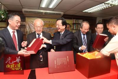 黄惠康在吴骏领事陪同下向林玉唐及许廷炎等展示四库全书。