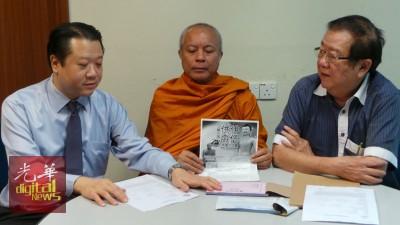 卡仑(受到)握法会宣传单,左起马华公共服务与投诉部法律顾问郭朴进以及张天赐。