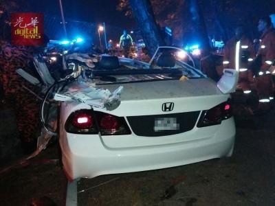 轿车毁损不堪。
