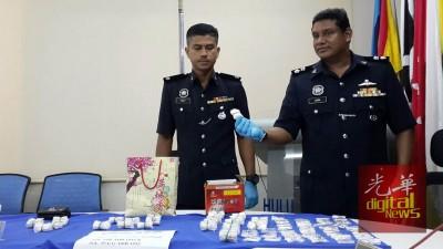 苏巴马廉(右)以及下级周四以记者会出示起获的毒品。