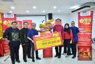 Tesco Stores(Malaysia)有限公司北马区董事游永燊(右3),移交赞助金予本报总经理准拿督万博manbetx客户端登录(左3),左1与2个别是本报副总编辑张易雄与签字理总经理林星作。
