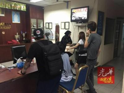 非政府组织义工团带阿盈到警局报案。