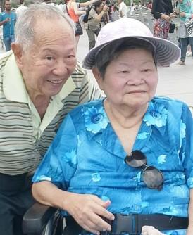 恩爱夫妇林德明(左)和刘秀金(右)。