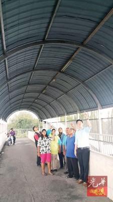 黄思敏(右1)与居民巡视人行天桥虚设的电灯,(右3)为哈山。