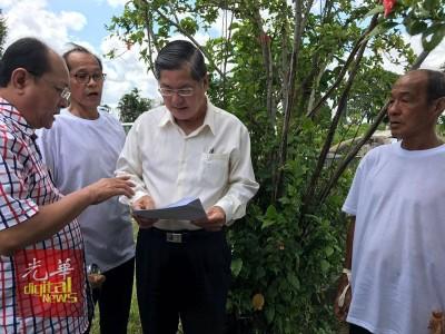 郑金财(左3)抵达墓地,向姚文春(左1)了解情况,并向黄亚金(右1)等逝者家属表示道歉。