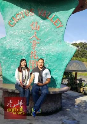 死者崔汉明与遗孀孙秀晶在出外旅游拍照时,也不忘牵起手合影。