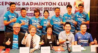 (前排左起)周经腾、陈胜尧、马桂珍、许少原、Anthony Lim与林志咏(后排右2)等球员亮相永利集团304com免费开户赞助商和球员发布仪式。