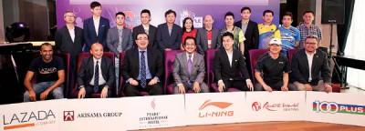 拉扎里(前排中)和许少原(前排右3)与各赞助商代表和球队代表,亮相紫盟羽联赞助商推介仪式。