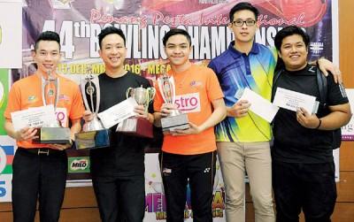 (左起)洪显龙、黄哲彬、敦哈金、曾添胜和第5名的沙菲克在领奖后合影。