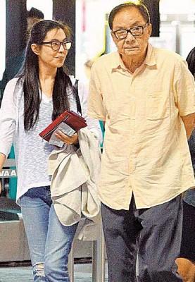 王祖贤(左)2年前同爸爸在航站为打到并肩身影。