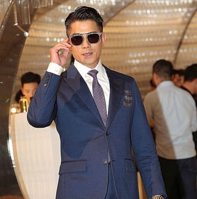 郭富城一身宝蓝色的西服配齐墨镜出场。