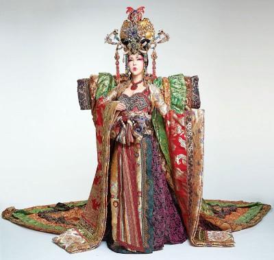 利菁穿古装化身东方女王,扮相霸气。