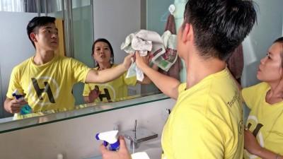 汤信豪于专业清洁工学习。
