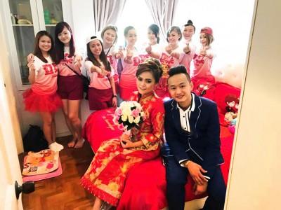 跑台女王陈凯晴(前排左)昨天与圈外男友结婚,获得一众好友力挺当姐妹团。
