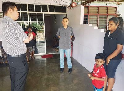 黄思敏(左)及林桂亿慰问死者家属及移交援助金。