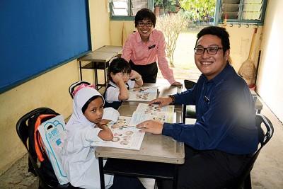 高打瓜拉姆拉训蒙华小只迎来2名1年级新生,中为彭瑞仪校长。