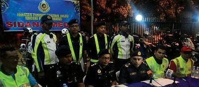 努鲁哈比及各政府部门代表召开记者会,吁请驾驶人士安全驾驶。