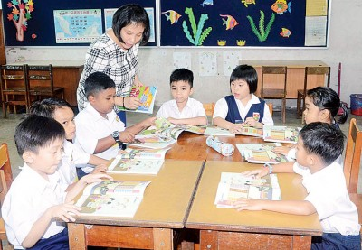 吉北甲板南民小学胡素馨老师开始教导8名新生,其中只有3名是华裔学生。