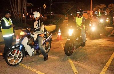 槟州陆路交通局于槟城大桥展开取缔行动,检查摩托车使用者。