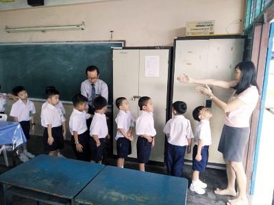 教师指导1年级新生排队,遵守校规,左为校长曾昭雄。