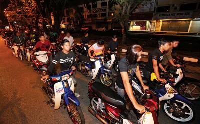 409人推着摩托车步行约5公里,前往怡保警区交通调查和执法组协助调查。