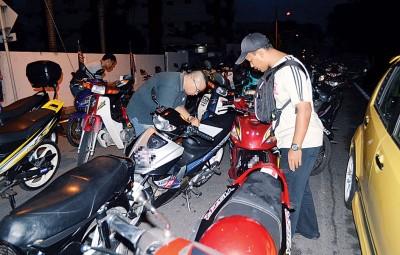 警员一一核对被扣查的摩托车是否涉及违法改装等罪行。
