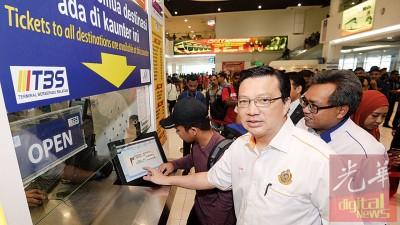 廖中莱突击巡视南湖镇交通综合终站,查看售票系统。