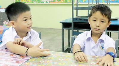 第1天在象屿益群小学上课的张立洋(左)与张伟善。