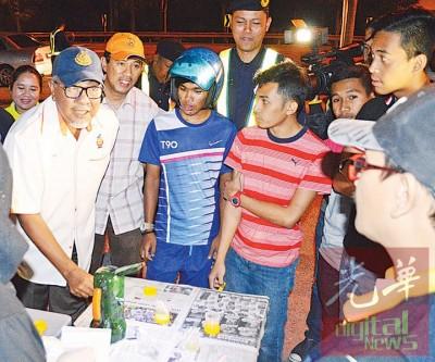 沙比里(左1)向反毒机构执法员了解有关年轻摩托车骑士的尿检结果。左2为玻州陆路交通局主任阿菲弗丁。