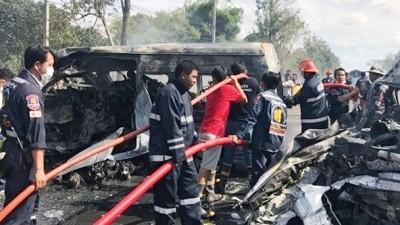 澳门新葡亰平台官网与轻型货车相撞后起火,两车严重焚毁。