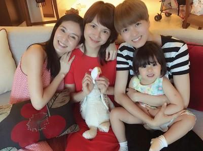 杨采妮(左起)日前与李心洁、梁咏琪及梁咏琪女儿Sofia共度跨年夜,刻意以抱枕遮肚飘孕味。