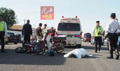 死者乘骑的摩托车与对方的摩托车相撞后留在现场,李鸿生躺在地上已被盖上白布。