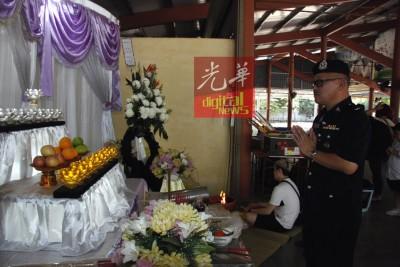 昆打士打县交警组主任蔡尚林称警监前往殡仪馆吊唁慰问。