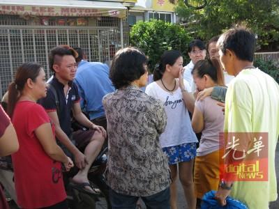 李俊杰(左2)与姐姐李秀玉(右2)接获父亲车祸去世的噩耗后赶到现场,难忍悲伤痛哭。