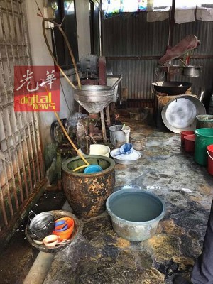 业者将制面的锅碗瓢盆放在地上,就地处理食材。