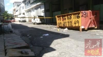 警方也在工厂后巷搜证。